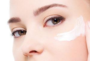 Jak pielęgnować delikatną skórę wokół oczu