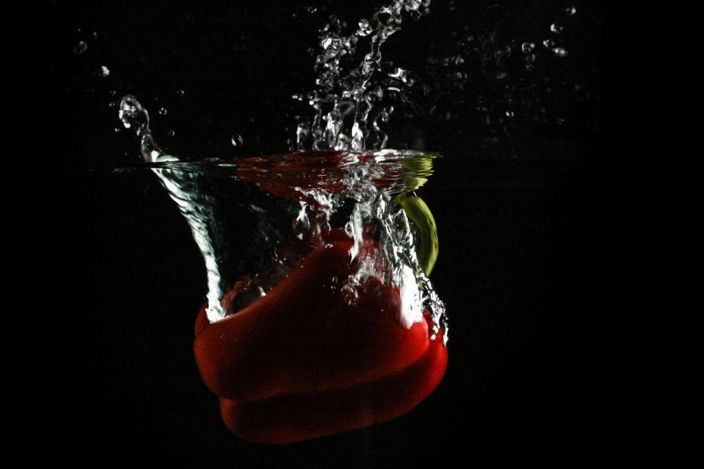 Czerwona papryka w wodzie (picjumbo.com)