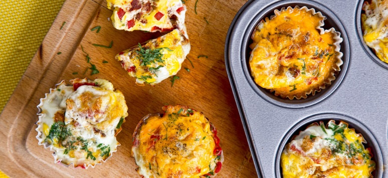 jajeczne muffiny z papryka i suszonymi pomidorami